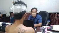 SW, warga Jalan Sukarame Palembang saat diinterogasi petugas Mapolrestabes Palembang usai melakukan penggelapan sepeda motor temannya (Liputan6.com / Nefri Inge)