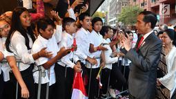 Presiden Joko Widodo atau Jokowi menyapa warga Indonesia saat tiba di hotel tempatnya menginap di Sydney, Australia, Jumat (16/3). Warga rela menunggu di pintu masuk hotel. (Liputan6.com/Pool/Biro Pers Setpres)