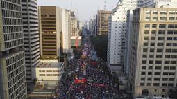 Demonstran berbaris di Paulista Avenue untuk menuntut Presiden Brasil Jair Bolsonaro mengundurkan diri, di Sao Paulo, Sabtu (3/7/2021). Puluhan ribu orang turun ke jalan menuntut pemakzulan Presiden Jair Bolsonaro. (AP Photo/Nelson Antoine)