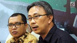"""Mantan Kepala Humas PGI Jeirry Sumampow (kanan) bersama Anggota Baleg DPR F-PPP Achmad Baidowi saat diskusi """"RUU Pesantren dan Pendidikan Keagamaan"""" di Jakarta, Selasa (30/10). PGI memprotes sejumlah pasal dalam RUU tersebut. (Liputan6.com/JohanTallo)"""