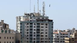 Sebuah bom menghantam gedung yang menampung berbagai media internasional, termasuk The Associated Press, setelah serangan udara Israel di Kota Gaza, Sabtu (15/5/2021). Gedung tersebut juga menampung Al Jazeera dan sejumlah kantor serta apartemen. (Mahmud Hams /Pool Photo via AP)