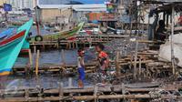 Anak-anak bermain di pemukiman kumuh, Muara Angke, Jakarta, Rabu (3/8). Badan Pusat Statistik DKI Jakarta melansir angka kemiskinan Ibu Kota pada bulan Maret 2016 mencapai 384,3 ribu orang atau 3,75%. (Liputan6.com/Angga Yuniar)