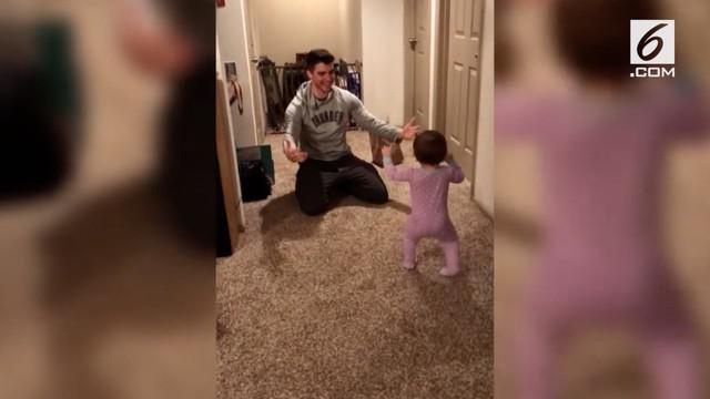 Padahal sang ayah sudah bersiap agar pelukannya disambut oleh anaknya.  Namun ternyata, anaknya itu malah lebih memilih makanan daripada memeluk ayahnya.
