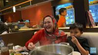 Momen Saat Anak Sule Bertemu Ibunya, Rizky Febian Gendong Bayi Lina (sumber:YouTube/Putri Delina)