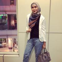 Berhijab bukan bearti fenita tak pantas bergaya kasual. Coba lihat saja yang satu ini, Fenita mengenakan celana jeans dengan atasan hitam dan blazer putih. Untuk hijabnya pun, lagi-lagi Fenita menutupi bagian dadanya. (Instagram/fenitarie)