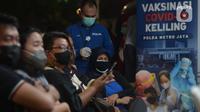 Warga mengantre untuk Vaksinasi Covid-19 di Kawasan Bulungan, Jakarta, Kamis (24/6/2021). Kegiatan vaksin Covid-19 dengan cara berkeliling tersebut diberikan kepada masyarakat dengan cara menunjukkan KTP kepada petugas untuk mendapatkan layanan vaksinasi secara gratis. (merdeka.com/Imam Buhori)