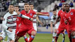 Striker Portugal, Cristiano Ronaldo (kiri) menunggu umpan sepak pojok dibayangi gelandang Luksemburg, Vincent Thill dalam laga Kualifikasi Piala Dunia 2022 Zona Eropa Grup A di Josy Barthel Stadium, Luksemburg, Selasa (30/3/2021). Portugal menang 3-1 atas Luksemburg. (AP/Olivier Matthys)