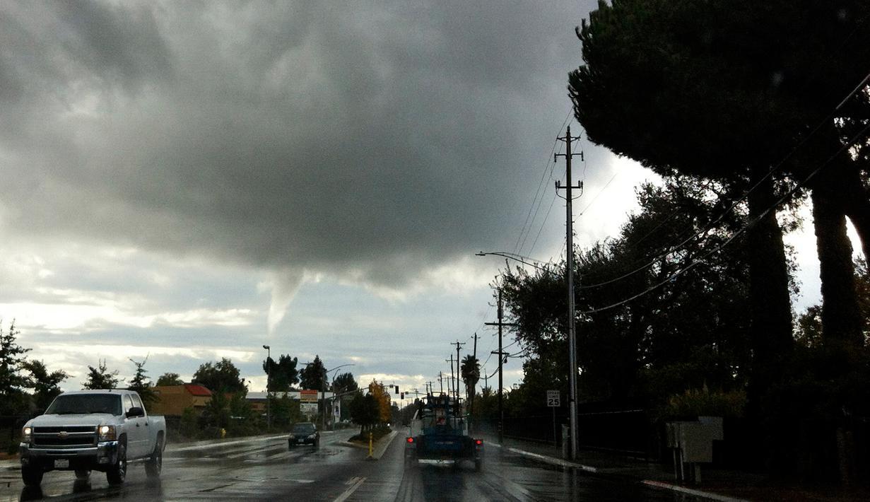 Langit di kawasan Yuba City memperlihatkan awan yang mulai membentuk tornado, California, AS, Selasa (22/10/12). Cuaca ektrem yang kini melanda California dan Nevada menyebabkan sejumlah wilayah banjir karena diserang hujan badai. (AP Photo/Chris Kaufman)