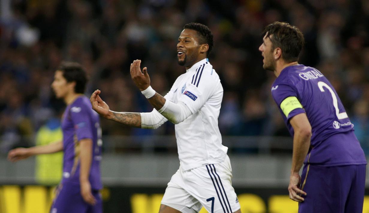 Pemain Kiev, Jeremain Lens merayakan gol pembukanya ke gawang Fiorentina pada menit ke-36