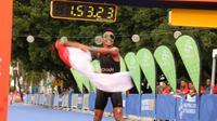 Atlet triathlon Indonesia, Jauhari Johan, berhasil meraih medali emas duathlon  (lari dan bersepeda) perorangan putra SEA Games 2019, di Subic Bay Boardwalk, Senin (2/12/2019). (dok. KONI)