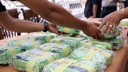 Petugas menunjukkan narkoba jenis sabu saat pengungkapan di Kawasan Batavia Marina, Jakarta, Selasa (11/6/2019). Petugas Tindak Pidana Narkoba Bareskrim Polri mengungkap penyelundupan 37 Kg sabu asal Malaysia menggunakan kapal pesiar jenis yacht. (Liputan6.com/Helmi Fithriansyah)