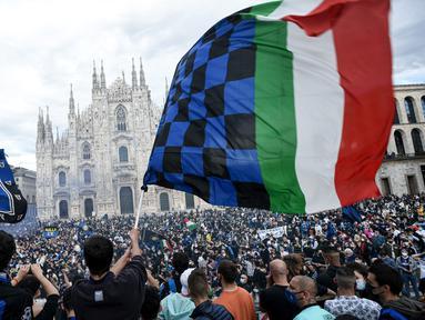 Para pendukung dan fans Inter Milan mengibarkan bendera dan memadati kawasan Piazza Duomo, Milan, Minggu (2/5/2021) merayakan kepastian Inter Milan merebut gelar juara Scudetto Liga Italia 2020/2021. (AFP/Piero Cruciati)
