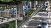 Pejalan kaki melintas di jembatan penyeberangan orang (JPO) halte transjakarta Bea Cukai di Jalan Ahmad Yani, Jatinegara, Jakarta, Kamis (5/12/2019). Sementara ini JPO hanya dipasang besi seadanya sebagai pengaman untuk para pengguna yang melintasi jembatan tersebut. (Liputan6.com/Faizal Fanani)