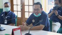 Direktur Utama BPJS Kesehatan Fachmi Idris saat menyalurkan bantuan alat pelindung diri (APD) bekerjasama dengan IDI dan Republika di Kantor PB IDI, Jakarta pada Selasa (24/3/2020). (Dok Humas BPJS Kesehatan)