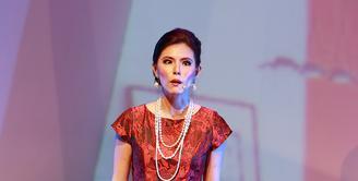Olga Lydia memerankan karakter sebagai istri kedua seorang pejabat partai dan anggota parlemen di pertunjukan teater berjudul '#3Perempuan'. (Deki Prayoga/Bintang.com)