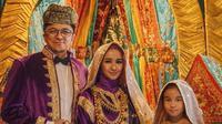 Engku Emran (kiri), Laudya Cynthia Bella (tengah) dan Engku Aleesya berfoto bersama mengenakan baju tradisional Padang. Dalam foto prewedding tersebut mereka tidak hanya berdua, namun bersama putri Engku Emran, Engku Aleesya.(instagram/laudyacynthiabella)