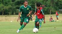 Mantan pemain Perserta Tulungagung, Frank Rikhard Sokoy, mengikuti seleksi di Persebaya Surabaya. (Bola.com/Aditya Wany)