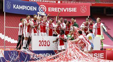 Para pemain Ajax Amsterdam melakukan selebrasi usai memastikan diri meraih gelar juara Liga Belanda usai mencukur Emmen 4-0 dalam laga pekan ke-31 di Stadion Johan Cruijff Arena, Minggu (2/5/2021). (AFP/Maurice Va Steen)