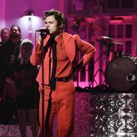 Penampilan Harry Styles di Saturday Night Live dan mengenakan busana koleksi dari Gucci (FOTO: GUCCI/Getty Images)