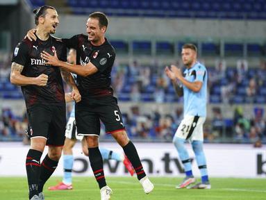Pemain AC Milan Zlatan Ibrahimovic dan Giacomo Bonaventura merayakan gol yang dicetak ke gawang Lazio pada laga Serie A di Stadion Olympic, Roma, Sabtu (4/6/2020). Lazio takluk 0-3 dari AC  Milan. (Spada/LaPresse via AP)