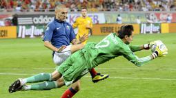 Ditengah pembangunan, pada 8 Oktober 2009 diputuskan untuk menggunakan atap yang dapat dibuka tutup (retractable roof). Resmi dibuka pada 6 September 2011 saat Timnas Rumania menghadapi Prancis di kualifikasi Euro 2012 dan berakhir dengan skor 0-0. (AFP/Andrei Pungovschi)