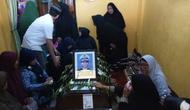 Jenazah Muas Efendi yang menjadi korban Lion Air diserahkan Direktorat Jenderal Perhubungan Laut kepada keluarga di rumah duka, Komplek Griya Bestari Permai, Medan Marelan, Kota Medan.(Www.sulawesita.com)