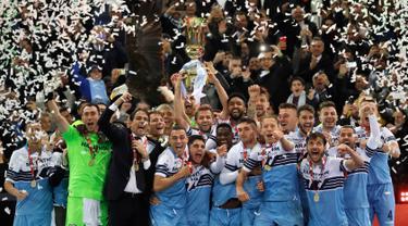 Gelandang Lazio, Senad Lulic memegang trofi Coppa Italia pada akhir babak final yang mempertemukan Atalanta dan Lazio di Stadio Olimpico, Roma, Rabu (15/5/2019). Lazio keluar sebagai juara Coppa Italia setelah mengalahkan Atalanta 2-0. (AP Photo/Alessandra Tarantino)