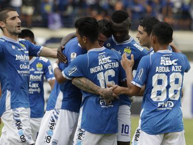 Pemain Persib Bandung merayakan gol yang dicetak oleh Ezechiel Ndouasel ke gawang Persiwa Wamena pada laga Piala Indonesia di Stadion Si Jalak Harupat, Bandung, Senin (11/2). Persib menang 7-0 atas Persiwa. (Bola.com/M Iqbal Ichsan)