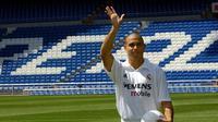 Ronaldo Luis Nazario de lima pernah meraih penghargaan Pemain Terbaik FIFA bersama Real Madrid pada 2002. (AFP/Christophe Simon)