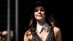 """Seorang model mengenakan koleksi pakaian dalam pada peragaan busana """"Lingerie Rocks"""" di Paris, 20 Januari 2019. Pertunjukan itu menampilkan merek-merek Prancis serta mengundang tiga desainer muda, Badines, Jolies Memes dan Henriette H (Philippe LOPEZ/AFP)"""