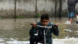 Anak-anak bermain di tengah banjir setelah hujan lebat mengguyur Lahore, Punjab, Pakistan, 20 Agustus 2020. Sebanyak 18 orang tewas dan banyak lainnya terluka akibat hujan lebat di Punjab. (Xinhua/Sajjad)