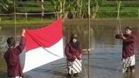 Pasukan pengibar bendera meski susah payah berbaris, tetap menjaga agar bendera tetap bersih. (foto: Liputan6.com/agus gendut/edhie prayitno ige)