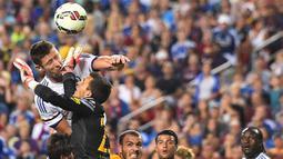 Pemain Chelsea Gary Cahill duel udara dengan kiper Barcelona Jordi Masip saat mencetak gol pada Laga International Champions Cup di FedEx Field, AS, Rabu (29/7/2015) pagi WIB. (AFP Photo/Nicholas Kamm)