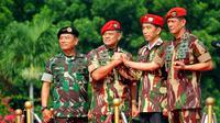 Presiden Joko Widodo menerima penyematan baret dan brevet Tentara Nasional Indonesia (TNI), Jakarta, Kamis (16/4/2015). Presiden Jokowi diangkat sebagai warga kehormatan Pasukan khusus TNI di Markas Besar TNI Cilangkap (Liputan6.com/Yoppy Renato)