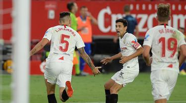 Pemain Sevilla merayakan gol yang dicetak Lucas Ocampos ke gawang Eibar pada laga lanjutan La Liga pekan ke-34 di Estadio Ramon Sanchez Pizjuan, Selasa (7/7/2020) dini hari WIB. Sevilla menang 1-0 atas Eibar. (AFP/Cristina Quicler)