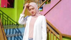 Pada foto ini, Ellen memakai hijab berwarna pink dipadukan dengan baju yang berwarna seragam dan outer berwarna putih. Ellen mulai dikenal publik sebagai anggota Cherrybelle pada tahun 2015-2016. (Liputan6.com/IG/@ellennitaa)