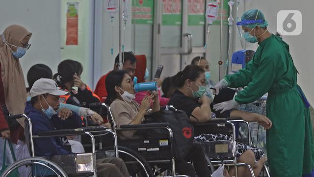 Petugas medis (kanan) memeriksa kondisi pasien di IGD RSUD Cengkareng, Jakarta, Rabu (23/6/2021). Meningkatnya kasus COVID-19 di Ibu Kota Jakarta dalam beberapa hari terakhir mengakibatkan rumah sakit kewalahan. (Liputan6.com/Herman Zakharia)