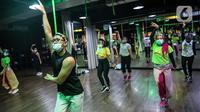Instruktur mengenakan masker dan face shield pada sesi kelas senam Bolly'D (Bollywood Fitness Dance) di Raga Studio, Jakarta, Senin (15/6/2020). Beberapa pusat kebugaran menerapkan protokol kesehatan untuk mencegah penularan Covid-19. (Liputan6.com/Faizal Fanani)