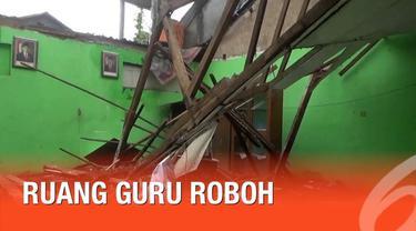 Kejadian nahas menimpa sebuah sekolah di Boyolali. akibat curah hujan yang deras, sebuah sekolah mengalami roboh atap.