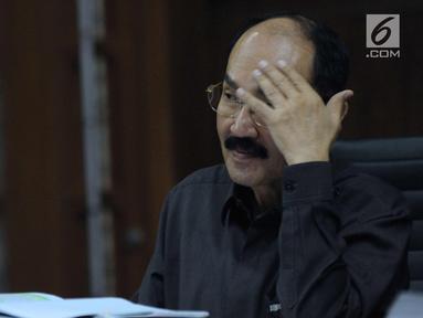 Terdakwa kasus dugaan merintangi penyidikan korupsi e-KTP, Fredrich Yunadi saat mengikuti sidang lanjutan di Pengadilan Tipikor, Jakarta, Kamis (5/4). Sidang mendengarkan keterangan saksi. (Liputan6.com/Helmi Fithriansyah)
