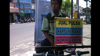 Pria bernama Paryatno ini menjajakan barang dagangannya itu dengan sepeda. (Liputan6.com/Fathi Mahmud)