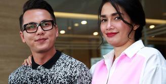 Pasangan Andhika Pratama dan Ussy Sulistiawaty  membenarkan berita kehamilan anak keempatnya. Presenter Andhika mengaku bahwa kehamilannya itu diluar perencanaannya.  (Deki Prayoga/Bintang.com)