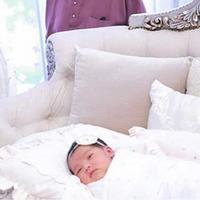Siti Nurhaliza dan Datuk Seri Khalid pastinya sangat berbahagia atas kelahiran putri pertamanya yang mereka beri nama Siti Aafiyah. 7 hari setelah lahir ke dunia, Siti dan  suami baru mengunggah foto-foto menggemaskan anaknya.(Instagram/ctdk)
