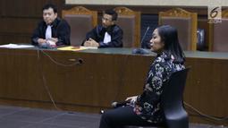 Direktur Keuangan PT Inersia Ampak Engineer (IAE), M Indung Andriani saat menjalani sidang pembacaan putusan sela di Pengadilan Tipikor, Jakarta, Rabu (11/9/2019). Dalam putusan sela, majelis hakim menolak eksepsi yang diajukan M Indung Andriani. (Liputan6.com/Helmi Fithriansyah)