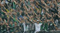 Tak hanya Aremania, stadion juga diramaikan oleh kehadiran pendukung PSS Sleman, Slemania, pada laga Bali Island Cup 2016 di Stadion Kapten I Wayan Dipta, Bali, Minggu (21/2/2016). (Bola.com/Peksi Cahyo)