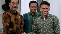 Presiden Joko Widodo dan Pemain Timnas Indonesia, Egy Maulana Vikri saling berjabat tangan di Istana Merdeka, Jumat (23/3/2018). Pemain kidal tersebut baru saja direkrut klub Polandia Lechia Gdansk. (Kris - Biro Pers Setpres)