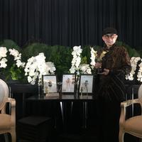 Rinaldy Yunardi bersama penghargaan dari World of Wearable Arts 2019  (Fimela.com/ Novi Nadya)