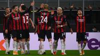 Pemain AC Milan merayakan gol yang dicetak Brahim Diaz ke gawang Sparta Praha pada laga lanjutan Liga Europa 2020/2021 di Stadion San Siro, Jumat (30/10/2020) dini hari WIB. AC Milan menang 3-0 atas Sparta Praha. (AFP/Marco Bertorello)