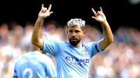 Striker Manchester City, Sergio Aguero, melakukan selebrasi usai membobol gawang Brighton and Hove Albion pada laga Premier Leauge 2019 di Stadion Etihad, Sabtu (31/8). Manchester City menang 4 gol tanpa balas. (AP/Nick Potts)