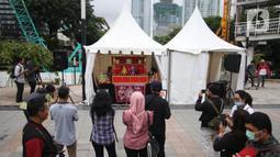 Masyarakat tengah melihat pagelaran wayang potehi di Taman Budaya Dukuh Atas, Jakarta, Jumat (7/2/2020). Pagelaran pertunjukan wayang Tionghoa ini merupakan rangkaian kebudayan imlek yang di gelar oleh Pemprov DKI Jakarta. (Liputan6.com/Angga Yuniar)